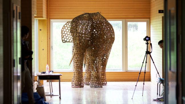 竹細工のピンクの象