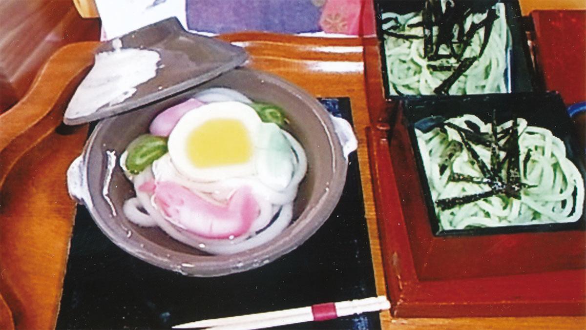 変わり種のひな菓子。鍋焼きうどんとざる蕎麦(片岡さん提供)