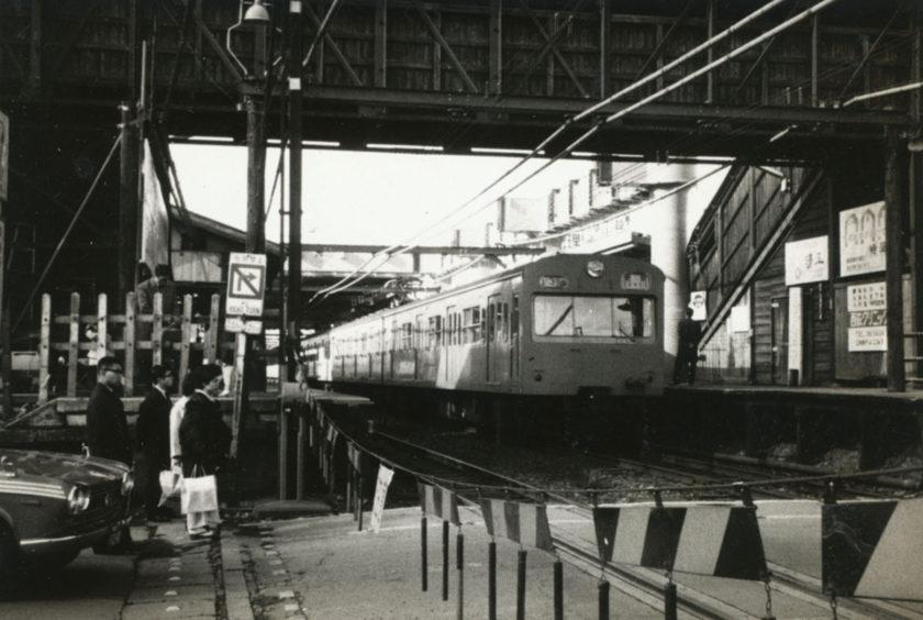 西荻窪駅前の踏切