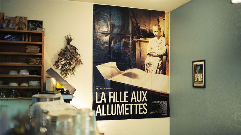 JUHAの壁にはカウリスマキの映画ポスター